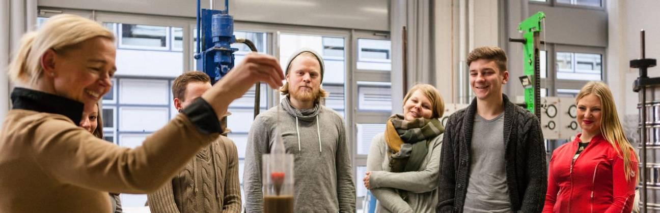 Lehrende und Studierende im Labor